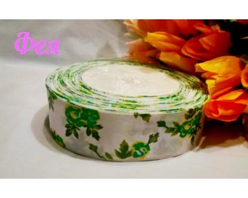 """Атласная лента 25 мм белого цвета с рисунком """"Зеленые розы"""""""