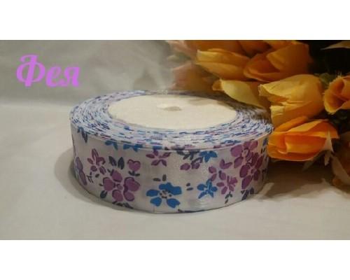 """Атласная лента 25 мм белого цвета с рисунком """"Цветы""""(голубые,фиолетовые)"""