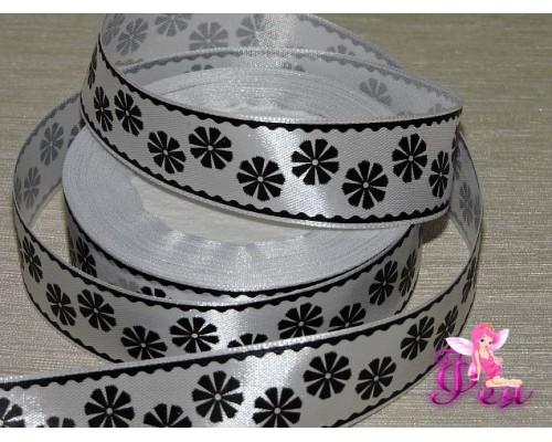 """Атласная лента 25 мм белого цвета с рисунком, """"Черные цветы и окантовкой черного цвета"""""""